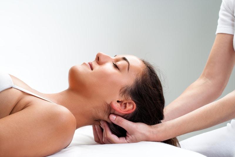 lifting rzeźbiarski osteopatia estetyczna młoda kobieta w trakcie zabiegu