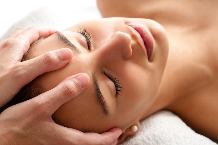 osteopatia estetyczna młoda kobieta w trakcie zabiegu